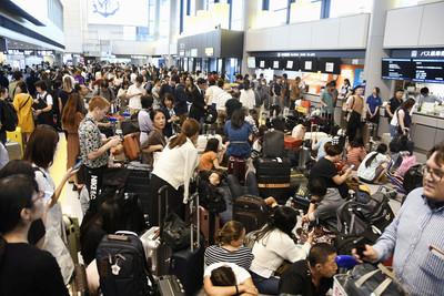 萬人受困成田機場 旅客怨應變差