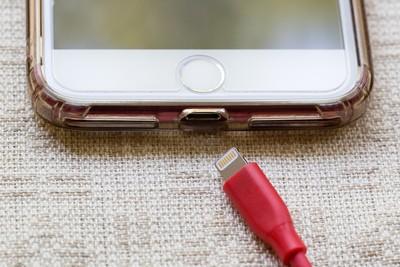 原因曝!泰國17歲少女躺床玩手機亡