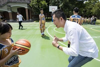 舊社國小全新籃球場啟用 林智堅當一日教練