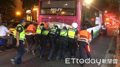 基隆路公車拋錨交通打結 警民10多人流汗推車