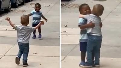 兩男童「戲精魂上身」狂奔、尖叫、擁抱 爸媽笑歪:才兩天沒見!