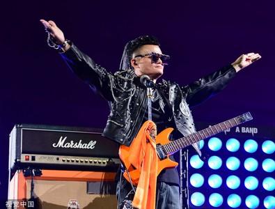 馬雲卸任變巨星 龐克裝唱搖滾曲