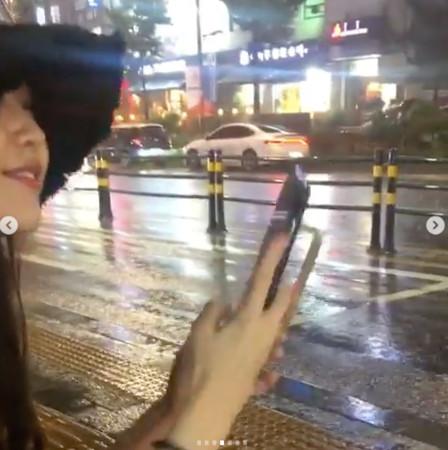 ▲▼IU在巴士站搭公車時,旁邊的路人在滑手機,沒發現她的蹤跡。(圖/翻攝自IG)