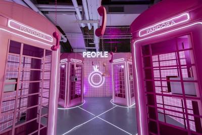 PANDORA「粉紅電話亭」必拍