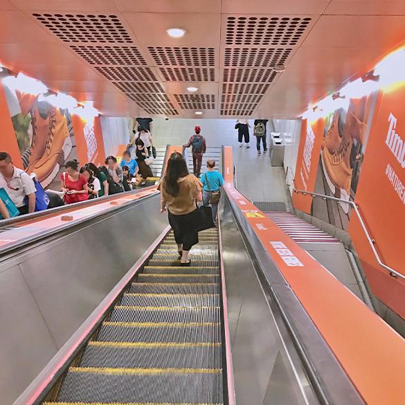 公館站手扶梯壁貼