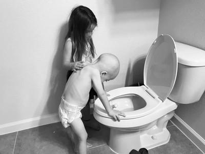 血癌弟狂吐 5歲姐溫柔拍背安慰