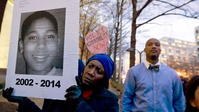 黑人男童公園玩玩具槍遭警射殺!美警「偏見殺人」引起公憤