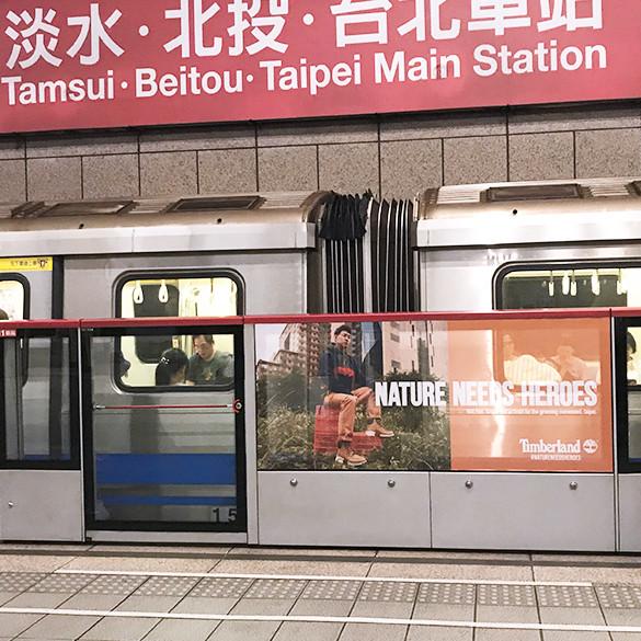 中正紀念堂站月台閘門貼