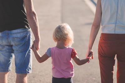 離婚孩子監護權怎麼判?收入低不一定搶不到 錢不夠法官判另一半出