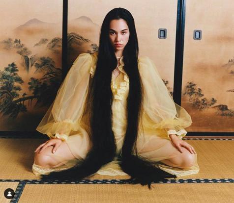 水原希子和室穿內褲「半裸M字開腿」 惹怒日本人…網氣瘋:下流!