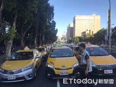 不滿Uber條款延長!2000輛小黃慢行政院