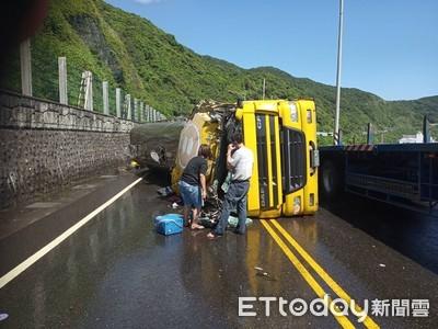 快訊/濱海公路化學槽車翻覆2傷