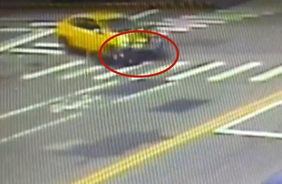 擦撞小黃 騎士飛過引擎蓋滾5圈