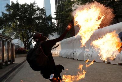 港警:915遊行示威者在金鐘丟超過80枚汽油彈