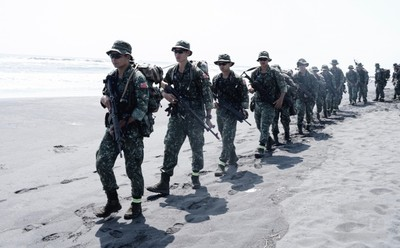 特戰行軍提升官兵濱海作戰能力