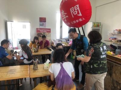 李問背「超大氣球」 徒步環島拜票10天走50公里