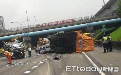 國1林口段大貨車連環撞 8人命大僅受輕傷