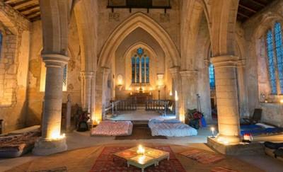 英教堂開放遊客「露營」、午夜遊墓園