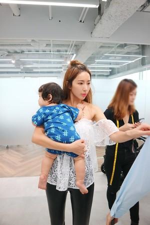 ▲隋棠帶著奧里一起到自創品牌辦公室工作。(圖/翻攝自SUITANGTANG臉書)