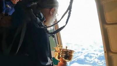 神父說「高空灑聖水」可治外遇!堅持打開機艙門拯救市民:惡魔消失吧