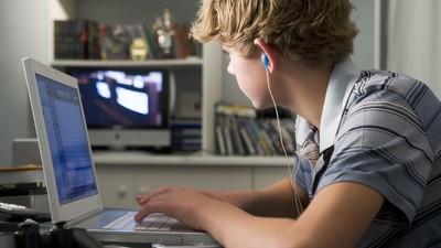沒時間陪孩子卻「狂罵網路成癮」 父母沒想過現實世界更猙獰