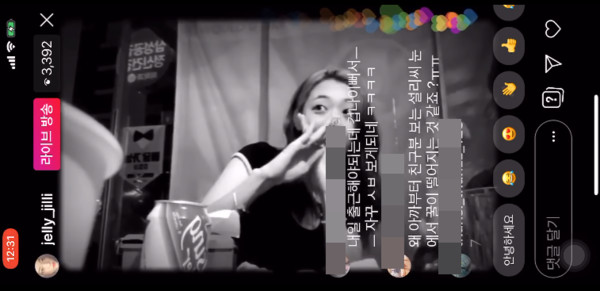 ▲雪莉和朋友笑著拒絕隔壁男生們。(圖/翻攝自한국대중문화전문채널YouTube)