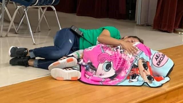 老師躺地上「安撫自閉症學生」直到她不再發抖 母目睹落淚:妳是天使