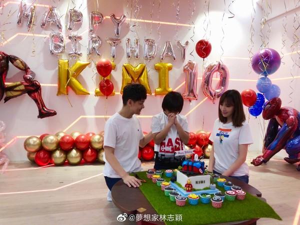 ▲Kimi慶祝10歲生日露臉了。(圖/翻攝自微博/夢想家林志穎)