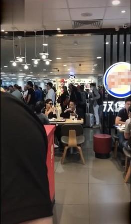 ▲大S、汪小菲夫妻現身機場的速食店。(圖/翻攝自微博/新浪娛樂)