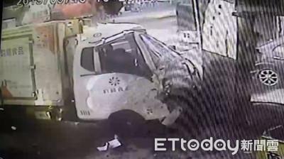 畫面曝!貨車連撞8車釀1死4傷 10歲男童雙腳遭夾命危