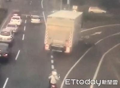 女騎士機車被轉彎大貨車撞倒遭攔腰輾斃
