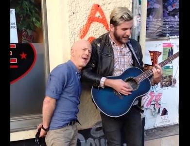 街頭藝人彈唱經典歌,原唱遛狗經過…