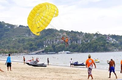 滑翔傘繩60m高空斷裂 18歲醫科生撞樹亡