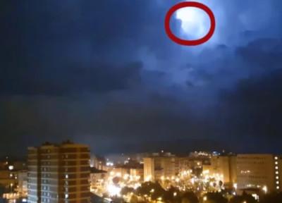 暴風雨雲層閃現「銀色圓盤飛行物」NASA介入研究