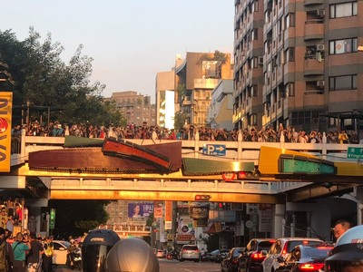 老舊天橋擠滿搶拍懸日人潮