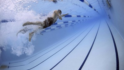 公共泳池「至少含30公升尿」!科學家超噁調查:19%成人承認會偷解放