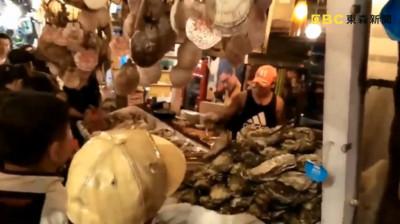 東大門夜市攤被砸 裸男偷吃毀10萬海鮮