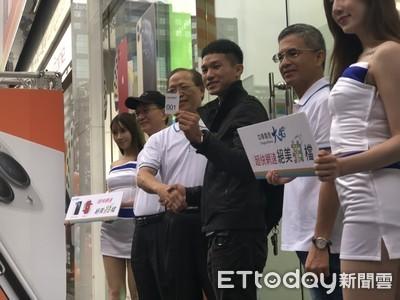 中華電董座謝繼茂出席iPhone 11首賣會 預估銷售額會比去年好