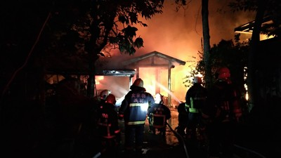 宜蘭暗夜大火 燒毀40呎貨櫃及鐵皮工寮