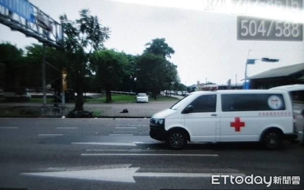 ▲▼救護車闖紅燈「撞死騎士」 醫護衝下車CPR...車上病患家屬嚇到。(圖/記者陳崑福翻攝)