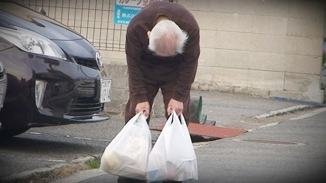 95歲翁「替失智妻買菜」累到全身癱軟 獨生女目睹淚崩,決定返鄉陪伴