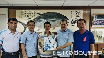 東港漁民熱心出了名 獲頒感謝狀