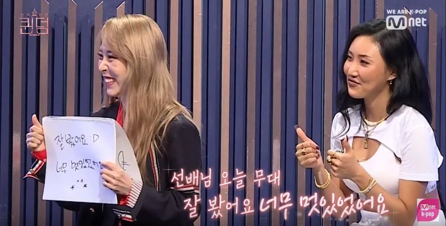 ▲玟星與華莎害羞地稱讚AOA舞台很帥氣。(圖/翻攝YouTube/Mnet K-POP)