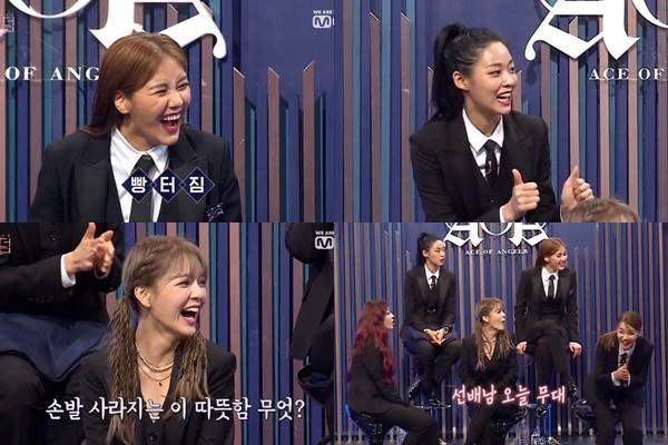 ▲AOA在看到玟星的手寫字後爆笑並表達感謝。(圖/翻攝YouTube/Mnet K-POP)