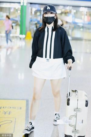 ▲▼馬蓉8月被拍到現身北京機場,穿寬鬆連身裙。(圖/CFP)