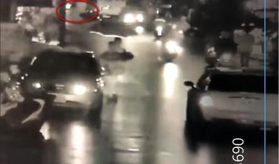 交警自撞巴士摔倒地 熱血路人護警交管