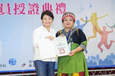 頒發百位青年委員證書 盧秀燕:青年是城市主力