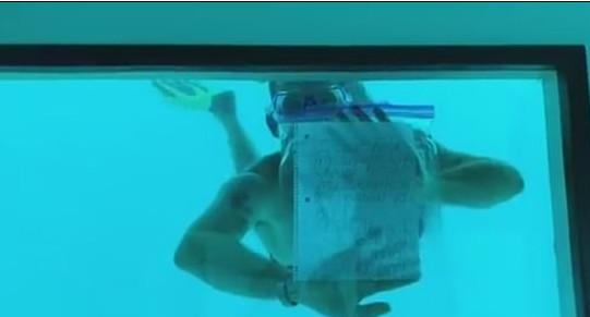 ▲偉柏在水中和女友求婚完後溺斃。(圖/翻攝自Youtube)