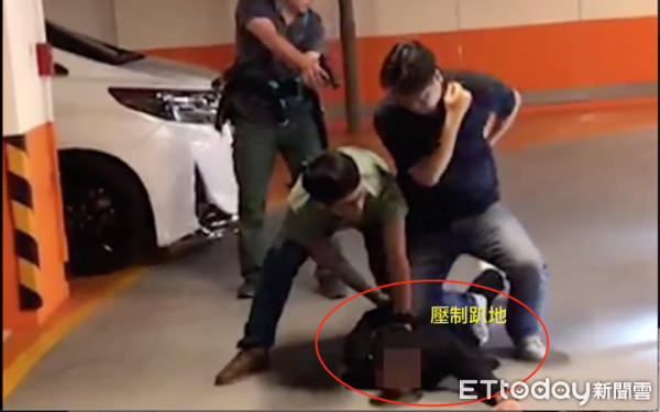 ▲連千毅被逮捕畫面,4名員警壓制趴地。送回高雄還是刻意抬頭展現霸氣。             。(圖/地方中心攝)