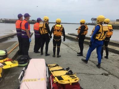 竹圍漁港漁船翻覆3落海船長命危  2移工搜救中